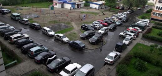 двор полный машин
